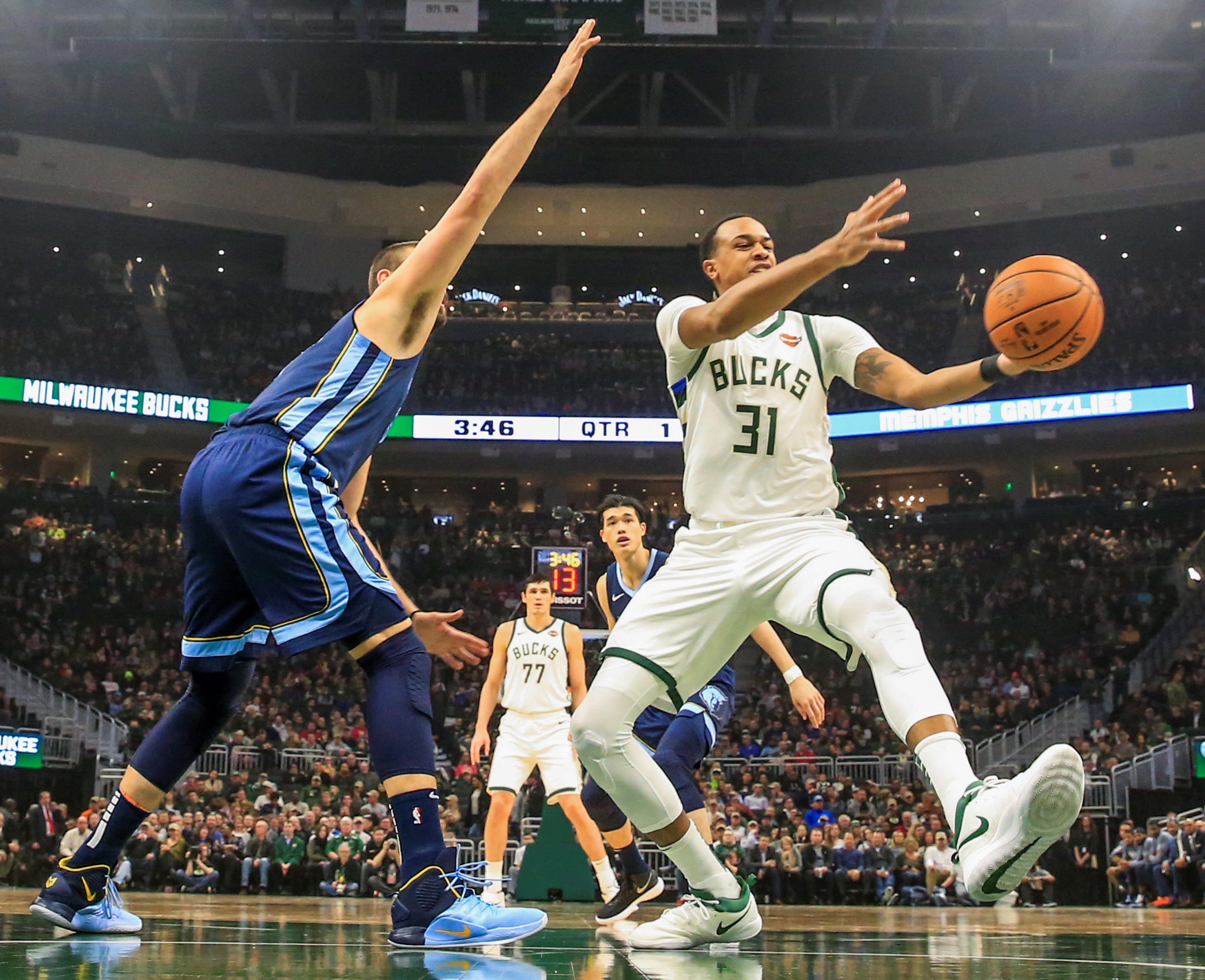 John Henson (d) de Milwaukee Bucks pierde la pelota frente a Marc Gasol (i) de Memphis Grizzlies en un partido de la NBA entre Memphis Grizzlies y Milwaukee Bucks en Fiserv Forum en Milwaukee (EE.UU.). EFE